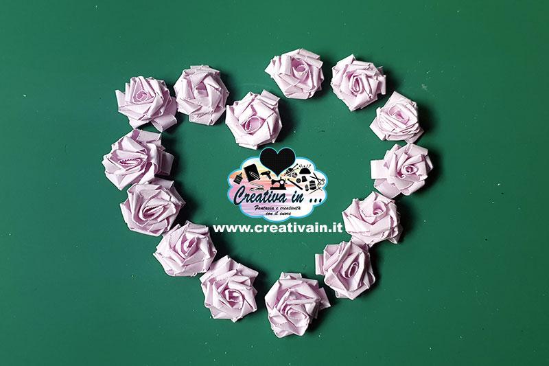 Come fare una rosa 3D con il nastro o una striscia di carta